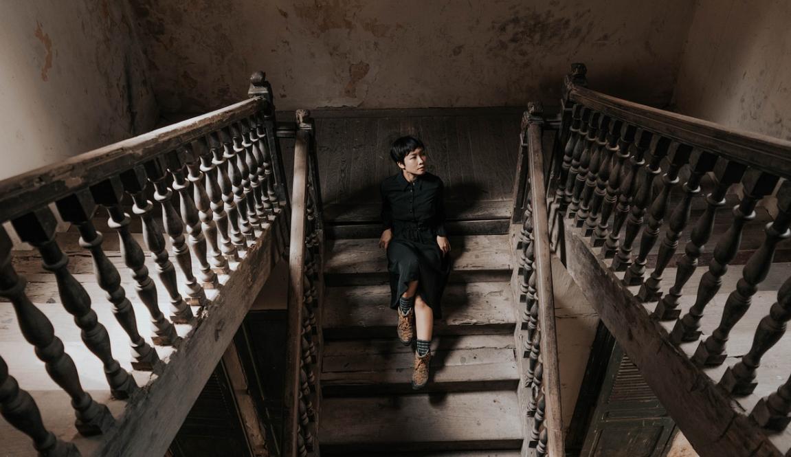 člověk na schodech