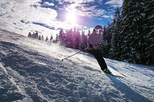 žena lyžuje