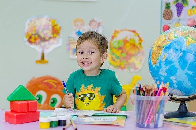 radostné dítě u zápisu do první třídy základní školy